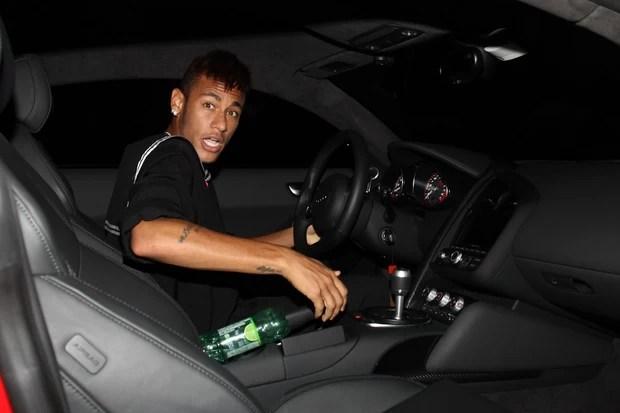 Neymar se irrita ao deixar festa de Thiaguinho em São Paulo (Foto: Manuela Scarpa/ Foto Rio News)