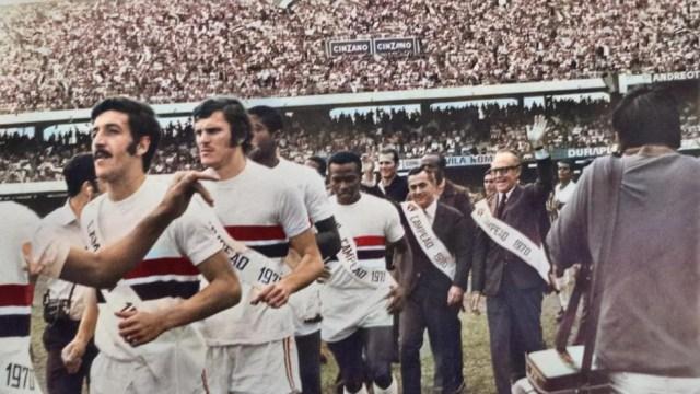 Jogadores do São Paulo recebem homenagens na entrega das faixas, contra o Corinthians — Foto: Arquivo SPFC