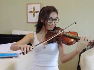 Andrea Araki não pensa em largar o violino nem mesmo no Exército (Foto: Divulgação/Arquivo Pessoal)