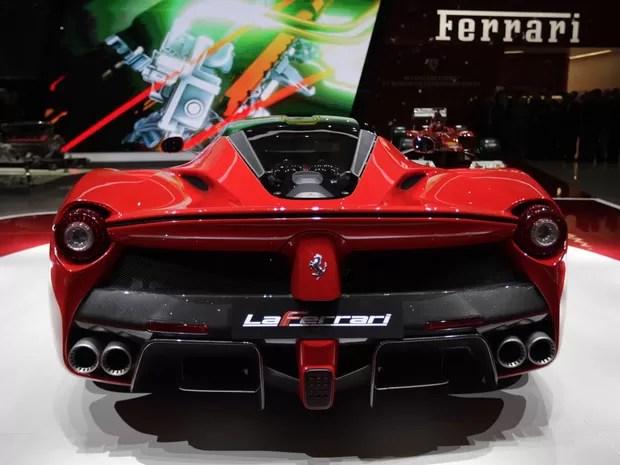 'LaFerrari' é o novo modelo da marca de luxo italiana, a primeira Ferrari híbrida (Foto: Denis Balibouse/Reuters)
