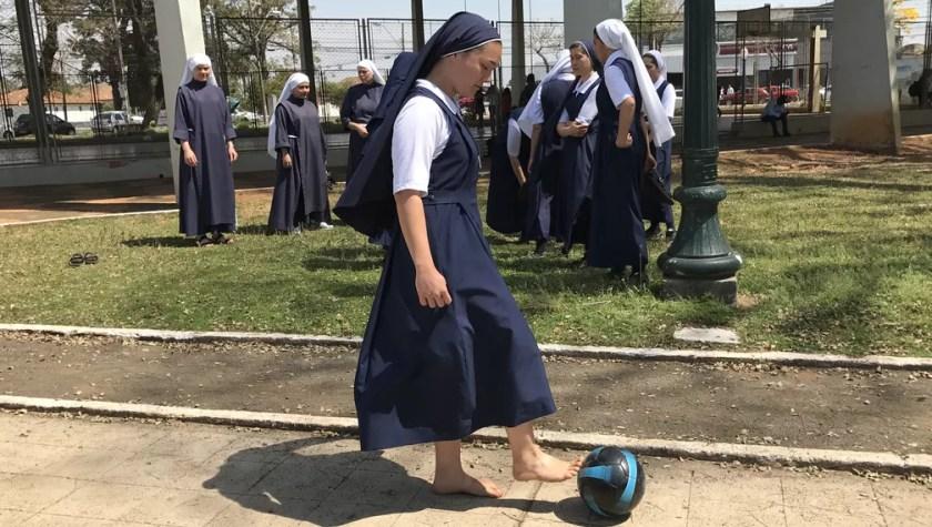 Irmã Andressa prefere o futebol raiz, sem chuteiras (Foto: Gabriela Ribeiro)