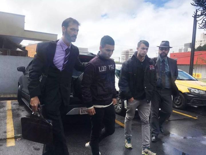 Ygor King, de 19 anos, e David Willian da Silva, de 18 anos, chegaram à delegacia na manhã desta quinta-feira (8) — Foto: Helen Anacleto/RPC