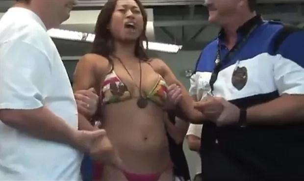 Mulher foi atingida por arma de choque durante 'evento de caridade' (Foto: Reprodução/YouTube/Knoetoe)