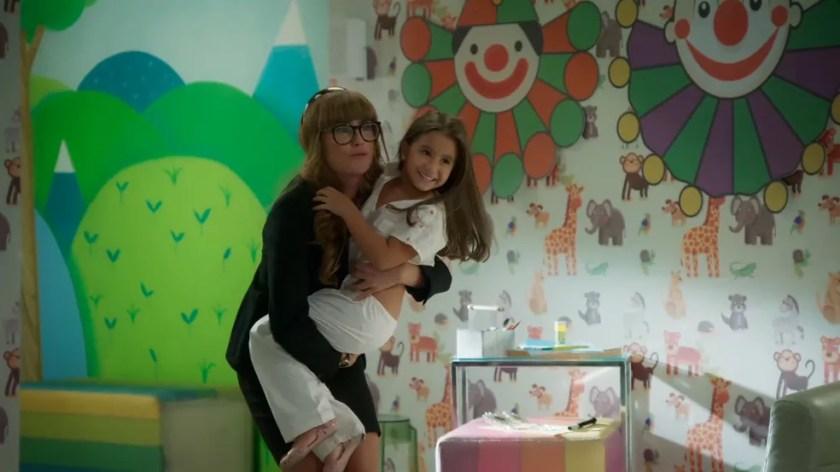 Deborah Secco com Maria Flor em 'Salve-se Quem Puder' — Foto: Globo