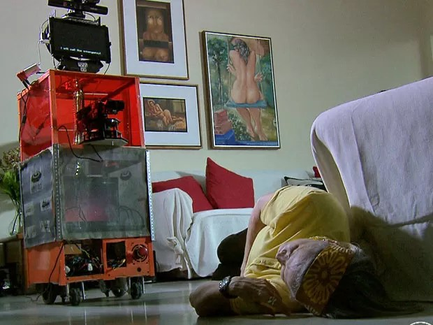Em situações de emergência, como quedas, robô se aproxima dos idosos, pergunta se está tudo bem e, se necessário, liga para o socorro e para familiares (Foto: Ana Regina / TV Globo)
