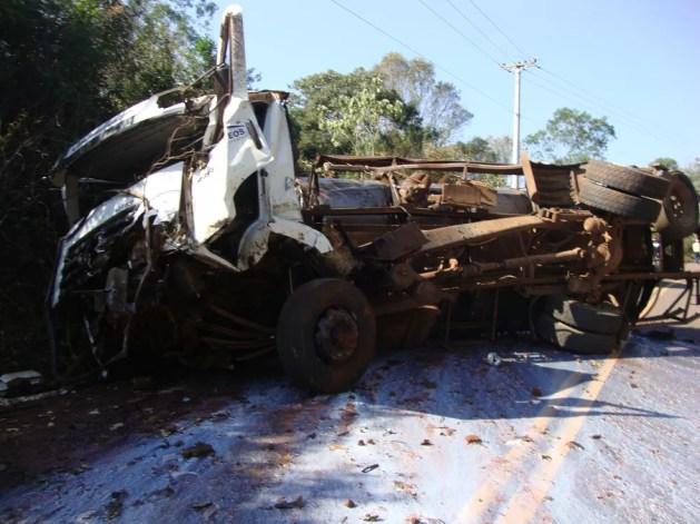 Caminhão e ambulância bateram de frente na ERS-472  (Foto: Polícia Civil/Divulgação)