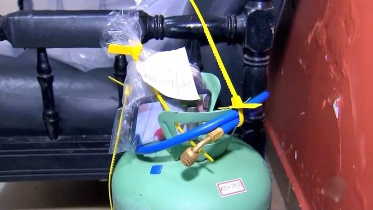 Botijão de gás foi encontrado ao lado dos corpos em quarto de resort de Olímpia  — Foto: Reprodução/ TV TEM