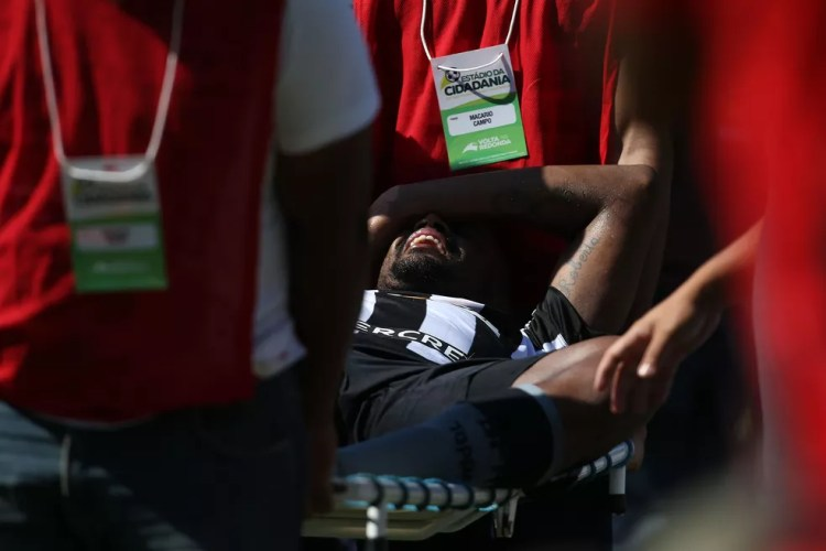 Lesão no clássico contra o Flamengo, em junho, encerrou a temporada de Airton (Foto: Satiro Sodré / SSpress / Botafogo)