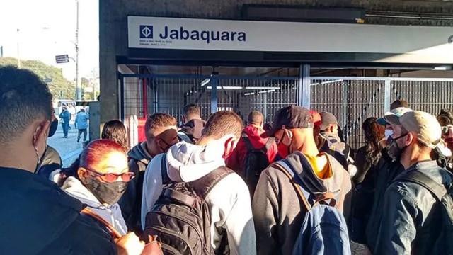 Estação Jabaquara, da Linha 1-Azul, fechada nas primeiras horas da manhã desta quarta-feira (19) em SP. — Foto: Vinicius Passarelli/CBN-SP
