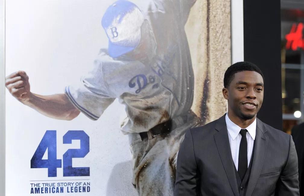 "Chadwick Boseman interpretou o jogador de baseball Jackie Robinson no filme ""42""; na foto, ator posa na premiere do filme em 2013 — Foto: Chris Pizzello/Invision/AP"