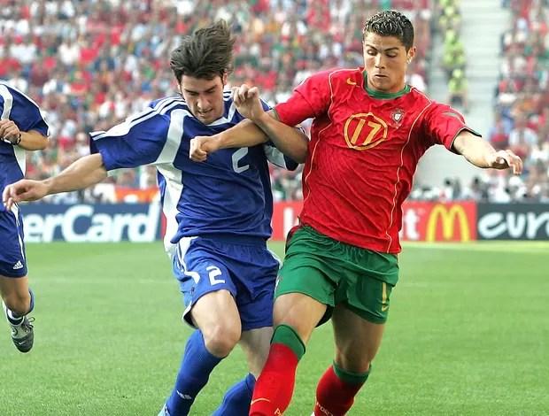 Cristiano Ronaldo na partida de Portugal contra a Grécia na Eurocopa 2004 (Foto: Getty Images)