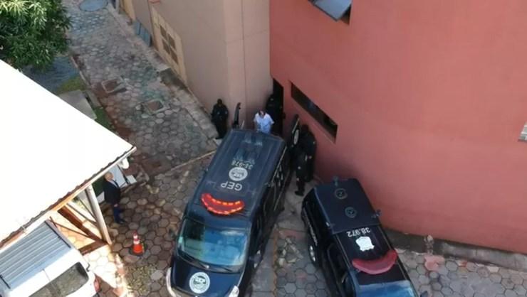 João de Deus entra em veículo do sistema penitenciário após prestar depoimento ao Ministério Público de Goiás nesta quarta-feira (26) — Foto: Reprodução/TV Anhanguera