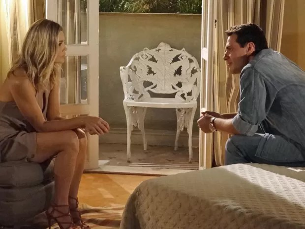 Érica e Théo conversam sobre o que aconteceu no passado (Foto: Salve Jorge/TV Globo)