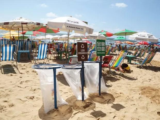 Ação Blitz da Coleta Seletiva percorre um ponto da Praia de Boa Viagem a cada domingo.  (Foto: Ivaldo Bezerra / Lumen)