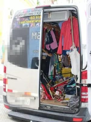 Fiscais encontraram Van com roupas vendidas de forma irregular (Foto: José Gracy/Sempab)