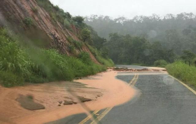 Alguns trechos tiveram deslizamento de terra — Foto: Polícia Militar Rodoviária/Divulgação