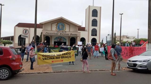 Protesto em Cacoal (RO) encerrou na frente da igreja matriz neste sábado (19), às 10h40 — Foto: Lilian Oliveira/Rede Amazônica