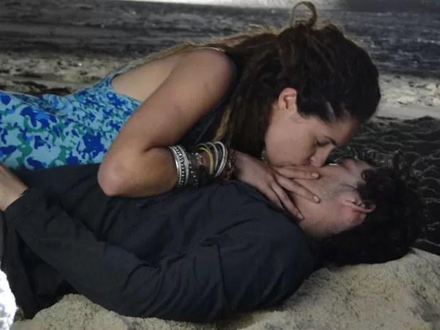 Dinho acaba cedendo e dá  maior beijão em Valentina! (Foto: Malhação / Tv Globo)