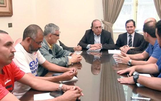 Governador Pezão reunido com representantes de servidores do RJ nesta quinta-feira (22) (Foto: Clarice Castro/Palácio Guanabara)