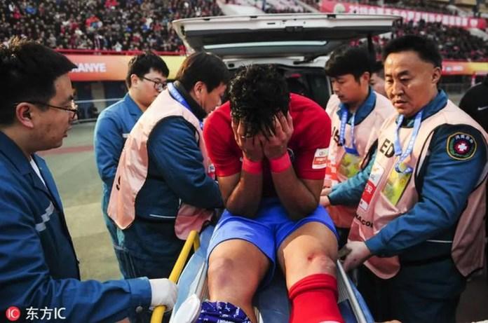 Henrique Dourado chora ao deixar o gramado de maca — Foto: Reprodução/Sina.com