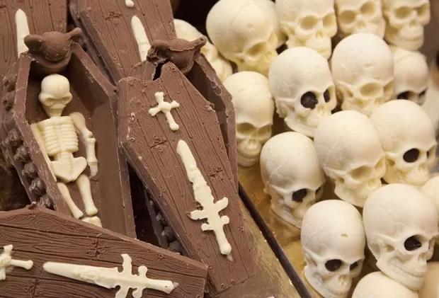 Feira exibiu chocolate no formato de caixões e esqueletos. (Foto: Carlo Hermann/AFP) Sweet Amado