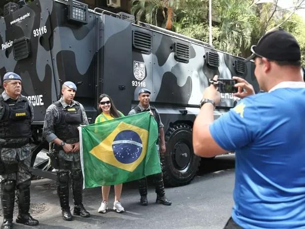 Resultado de imagem para manifestantes em fotos com policiais