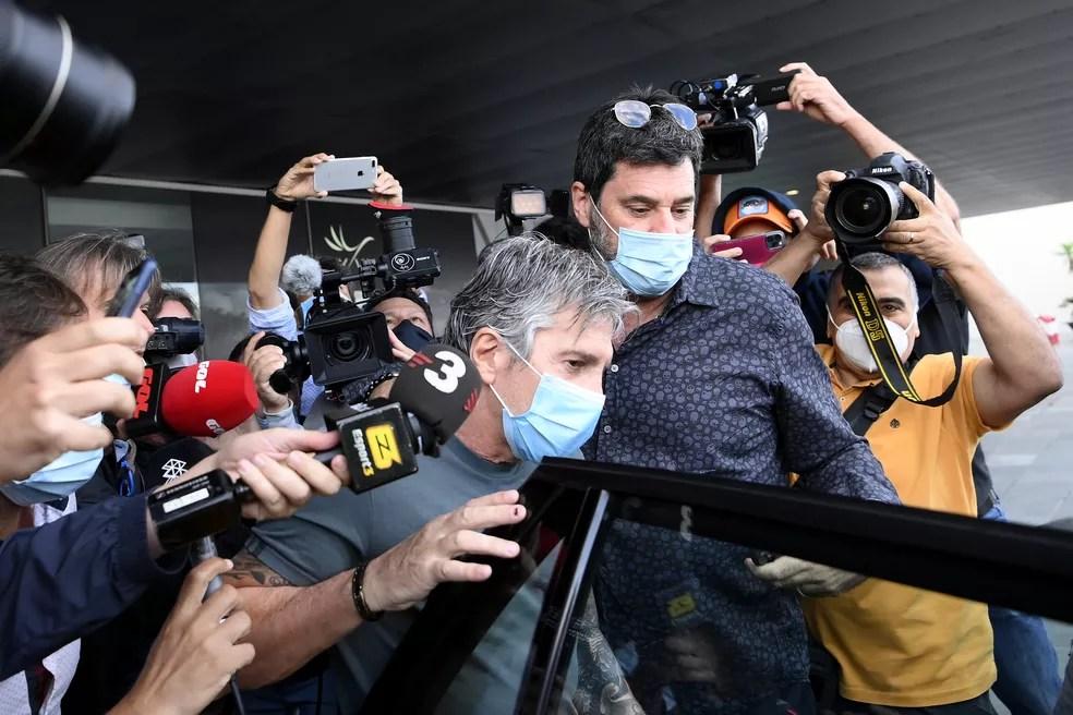 Jorge Messi (centro), pai do craque Lionel Messi, chega a Barcelona para se reunir com a direção do clube — Foto: LLUIS GENE / AFP