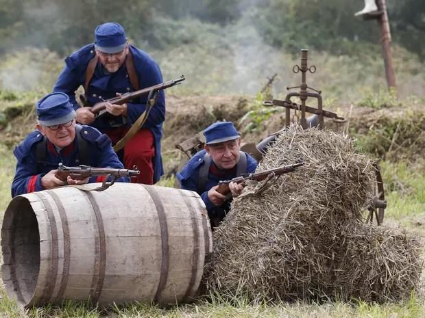 Voluntários representam as forças franco-britânicas na encenação (Foto: Charles Platiau/Reuters)