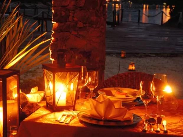É possível desfrutar de um jantar romântico em uma pequena ilha que fica em frente ao resort (Foto: Pontas dos Ganchos Exclusive Resort/Divulgação)