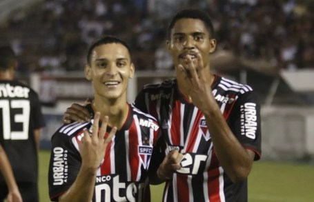 Antony e Gabriel Novaes, a dupla que ajudou a levar o São Paulo a mais uma final de Copinha — Foto: Tetê Viviani/sãopaulofc.net