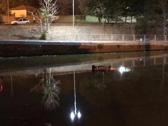 O carro ficou submerso na água — Foto: Reprodução