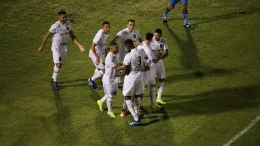 Jogadores do ABC comemoram gol de Ivan