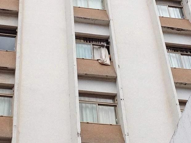 Cortina para fora de quarto de hotel ond emédico cubano foi achado morto nesta segunda (31) em Brasília (Foto: Lucas Salomão/G1)