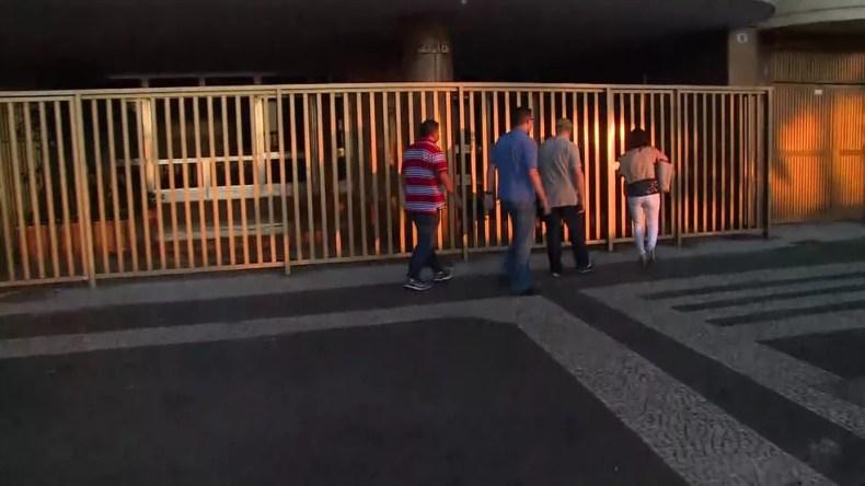 Agentes da PF chegaram por volta das 6h em imóvel de Aécio Neves na Zona Sul do Rio — Foto: Reprodução / TV Globo