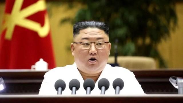 """Kim se referiu à fala estrangeira, estilos de cabelo e roupas como """"venenos perigosos"""" — Foto: EPA via BBC"""