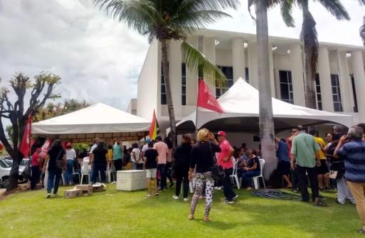 Servidores da Saúde do RN mobilizados no gramado da Governadoria, em Natal — Foto: Fernanda Pessoa