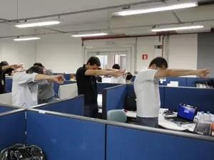 Funcionários se exercitam antes de começar o trabalho. (Foto: Pricila Campos/Arquivo Pessoal)