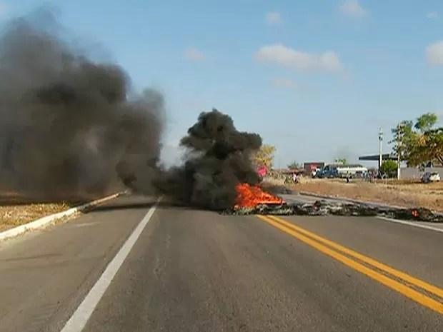 Pneus foram queimados para bloquear rodovia (Foto: Reprodução/Inter TV Cabugi)