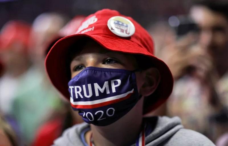 Apoiador de Donald Trump usa máscara com a logo de campanha do presidente durante comício em Tulsa, nos EUA, em 20 de juho — Foto: Leah Millis/Reuters
