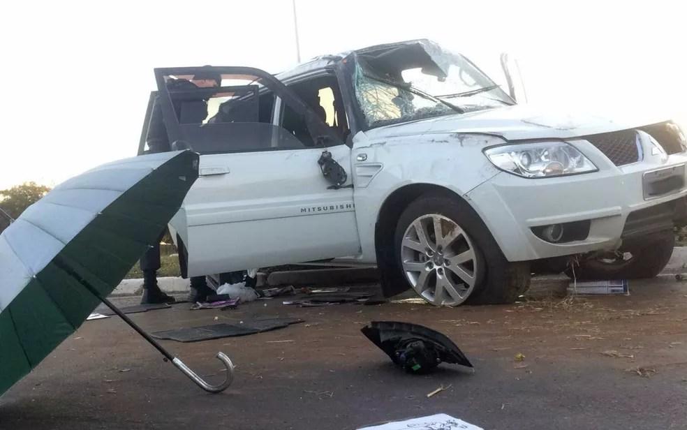 Carro roubado que se envolveu em acidente no Eixão Sul, no DF (Foto: Fabiano Andrade/TV Globo)