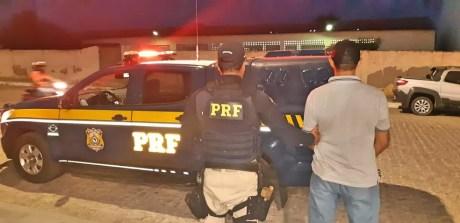 Polícia Rodoviária Federal prende homem com CNH falsificada  — Foto: Divulgação/ PRF