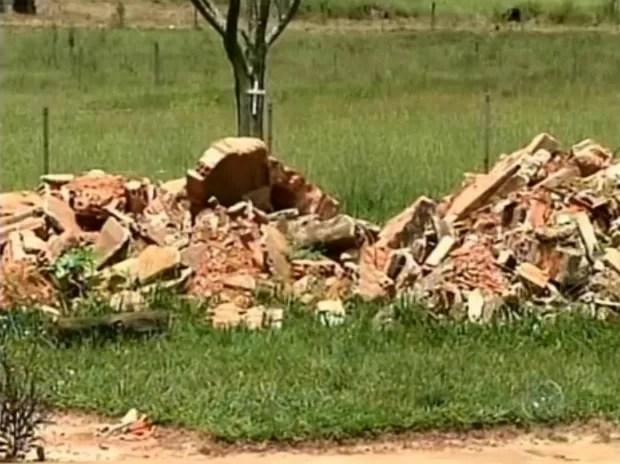 Acúmulo de entulho no terreno foi apontado como uma das irregularidades na clínica de Avaré (SP). (Foto: Reprodução TV TEM)