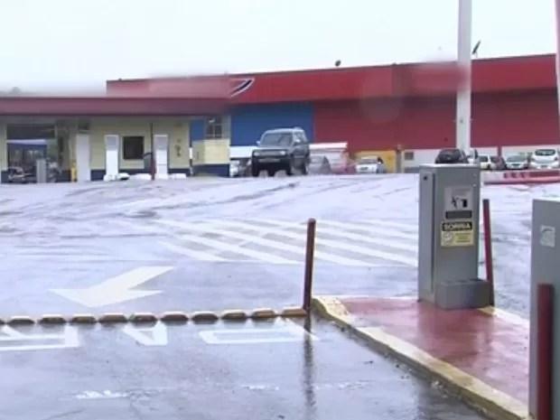 Fato aconteceu em estacionamento de um hipermercado de Itatiba (Foto: Reprodução TV TEM)