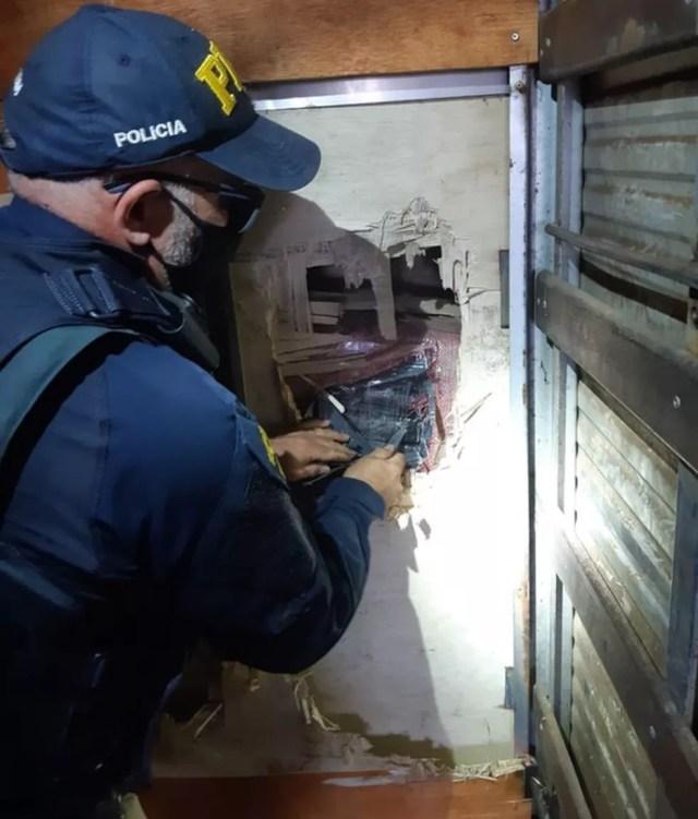 Policiais descobriram fundo falso em caminhão em MT — Foto: PRF/Divulgação
