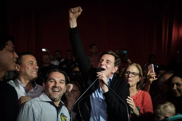 Marcelo Crivella celebra a eleição em 2016, com vitória sobre Marcelo Freixo — Foto: Yasuyoshi Chiba/AFP