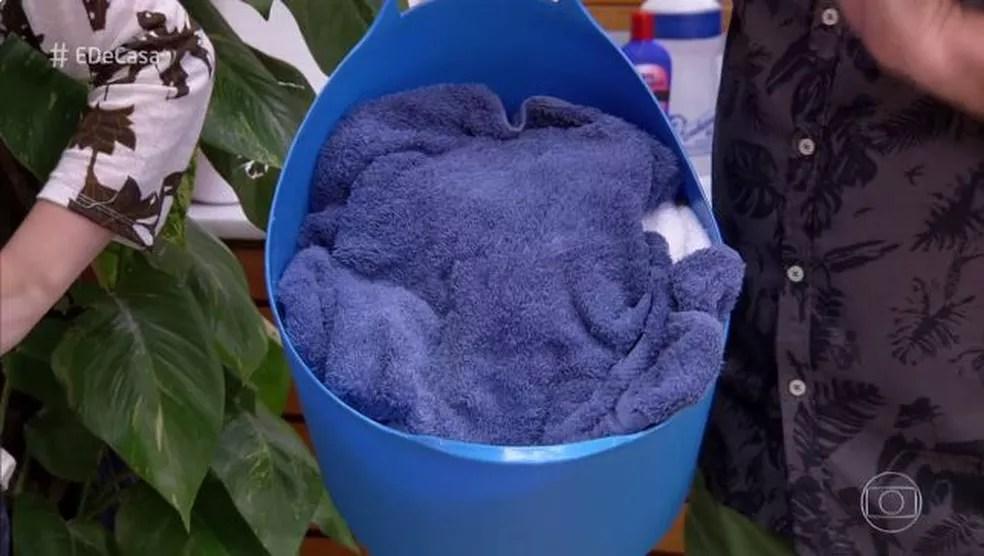 Evite deixar a toalha úmida no cesto de roupas (Foto: TV Globo)