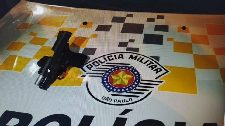 Pistola e munições foram apreendidas em Regente Feijó (SP) — Foto: Polícia Militar Rodoviária