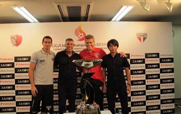 Ganso, Toninho Cerezo, Paulo Autuori e Shibasaki posam com o troféu da Copa Suruga (Foto: Carlos Ferrari)