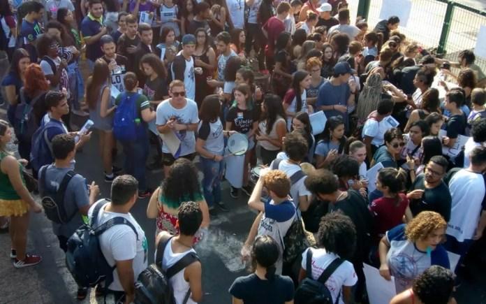 Goiás tem protestos contra bloqueios na educação — Foto: Izadora Resende/TV Anhanguera