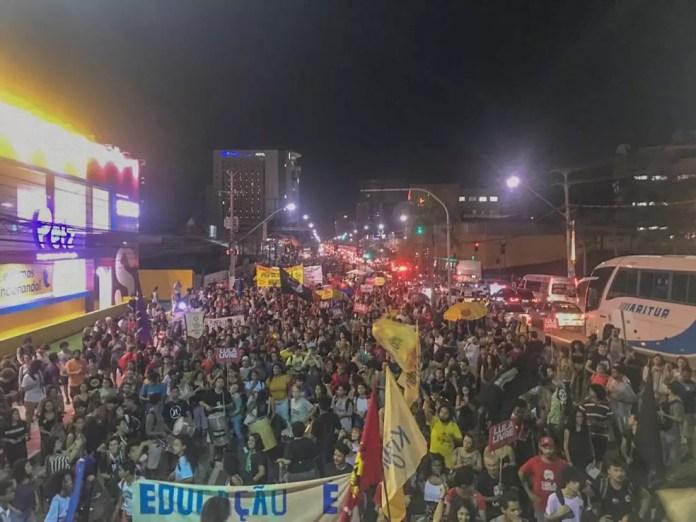 VITÓRIA 18h46: Manifestantes que saíram da Ufes seguem para a Assembleia Legislativa — Foto: Naiara Arpini/G1